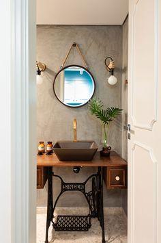 Decoração de apartamento. No banheiro, lavabo, cuba cinza, torneira dourada, espelho redonda.  #casadevalentina #decoracao #decor #details