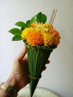 Mums or double dahlias? Flower Garland Wedding, Floral Garland, Flower Garlands, Flower Decorations, Ikebana Arrangements, Modern Flower Arrangements, Home Flowers, Leaf Crafts, Arte Floral