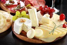 Скачать - Сыр и салями блюде с травами — стоковое изображение #10092340