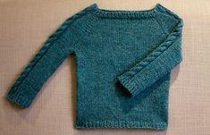 Ærmer med snoninger. Hverdagssweater med snoninger ned langs ærmerne. Der er størrelser fra 6 mdr til 10 år. Der er ingen garnanvisninger, men trøjen strikkes på pinde 3½ og 4½.