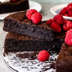 Flourless chocolate cake topped with fresh raspberries. Super dark and fudgy, this flourless chocolate cake is the perfect gluten free dessert served with thick cream and fresh berries. Flourless Chocolate Torte, Chocolate Fudge Frosting, Chocolate Flavors, Chocolate Recipes, Chocolate Torte Cake, Flourless Desserts, Gluten Free Desserts, Just Desserts, Dessert Recipes