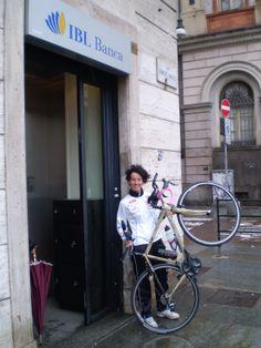 Prima di salire in sella alla sua #bici e partire, Paola saluta #IBLBanca dalla filiale di Torino!
