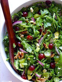 Ces journées ensoleillées nous donnent des envies de légèreté culinaire. Alors, histoire de profiter des degrés retrouvés, on s'offre des salades aussi fraîches qu'originales. Mix de saveurs et touches sucrées pour se laisser emporter tranquillou vers l'été.