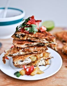 Caramelized Pineapple Quesadillas with Spicy Strawberry Salsa.whole wheat tortillas stuffed with caramelized pineapple, some grilled chicken, and tons of cheese and some fresh herbs crisped in coconut oil and served with a strawberry salsa Think Food, Love Food, Low Calorie Recipes, Healthy Recipes, Weekly Recipes, Cheap Recipes, Healthy Options, Strawberry Salsa, Fruit Salsa