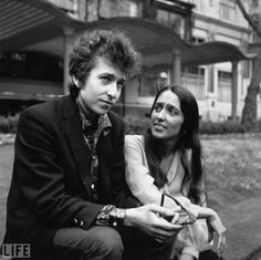 Popular folk singer Bob Dylan, who arrived in London last night for his British Tour, pictured this afternoon in the Embankment Gardens with Joan Baez, who is also a popular American folk singer 1965 Hulton-Deutsch Collection:CORBIS Bob Dylan, Joan Baez, Folk Rock, Nostalgia, Blowin' In The Wind, Best Pal, Folk Music, 1970s Music, Aretha Franklin