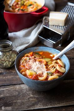 Minestrone - Italienische Gemüsesuppe (Eintopf) - Madame Cuisine Italian Vegetable Soup, Italian Vegetables, Light Pasta Salads, Orzo Salad, Healthy Soup, Soups And Stews, Food Dishes, Food And Drink, Easy Meals