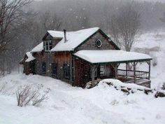 A Arquitetura rústica ideal para lugares em que o frio habite. Devido o grande uso da madeira e vidro.