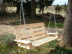 Outdoor Pallet Projects 40 DIY Pallet Swing Ideas - You can hang a pallet porch swing from the ceiling and enjoy a quite morning coffee. Dangle a pallet swing bench from a sturdy tree in the yard so the kids can Old Pallets, Recycled Pallets, Wooden Pallets, Pallet Wood, Repurposed Wood, Recycled Wood, Pallet Crafts, Diy Pallet Projects, Wood Projects