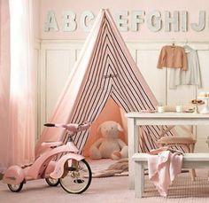 ピンクで統一されたガーリーなお部屋にもティピーは馴染みます。お気に入りのぬいぐるみがお休み中。