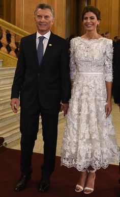 Todos los looks de Juliana Awada en el G20 Elegant Midi Dresses, Nice Dresses, Short Dresses, Dresses For Work, Mom Dress, Dream Dress, Denim Maxi Dress, Lace Dress, Royal Clothing