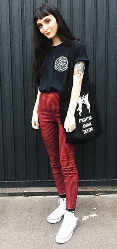 Look básico: como deixá-lo mais interessante. T-shirt preta estampada, calça skinny xadrez vermelha, meia preta aparente, tênis branco