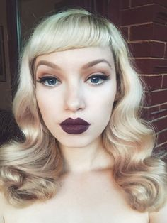 Short, Asymmetrical Bangs for Platinum-Blonde Curls in a Gorgeous Pin-Up Style Beauty Makeup, Hair Makeup, Hair Beauty, Blonde Haare Make-up, Asymmetrical Bangs, Afro, Platinum Blonde Hair, Blonde Curls, Pin Up Hair