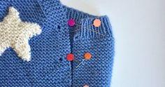 Con este tutorial de punto podrás tejer un precioso peto con una aplicación personalizable. ¡Tú eliges el motivo! Knitted Hats, Knitting, Accessories, Star, Molde, Knitting Scarves, Crochet Throw Pattern, Tricot, Breien