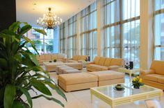 Con un estilo arquitectónico sencillo, fusión de varios estilos, una visualidad y un diseño minimalista el Hotel Capri, construido en La Habana en 1957, ha abierto nuevamente sus puertas.