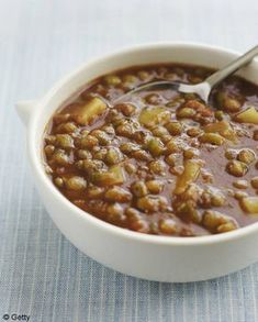 Recette Soupe de lentilles à la coriandre et au citron : Pelez la pomme de terre, l'oignon et la carotte. Hachez l'oignon, coupez la pomme de terre et la carotte en dés. Rincez et hachez la coriandre. Faites chauffer l'huile dans une cocotte. Ajoutez l'oignon et laissez dorer pendant 5...