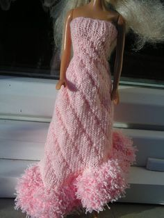 FREE - KNIT - to be translated - Robe rose poilue ~ awesome dress. Barbie Knitting Patterns, Knitting Dolls Clothes, Barbie Patterns, Knitted Dolls, Doll Clothes, Habit Barbie, Crochet Barbie Clothes, Barbie Friends, Barbie And Ken