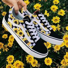 Shoes Aesthetic shoes Vans sneakers Vans shoes Outfit shoes Best baby shoes Would you wear this amazing snkrs vans Vans Customisées, Sneakers Vans, Moda Sneakers, Cute Sneakers, Sneakers Mode, Sneakers Workout, Vans Men, Vans Shoes Fashion, Basket Vans