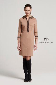 Un vestido camisero en color camel es un fondo de armario perfecto para cualquier ocasión y desde #marganovas te proponemos esta versión con detalles en ecopiel marrón que resaltarán aún más un look ideal.