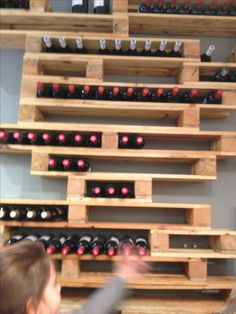 How to make a bottle rack with a pallet- Cómo hacer un botellero con un palet How to make a bottle rack with a pallet More - Vin Palette, Palette Deco, Wine Shelves, Wine Storage, Wine Stand, Pallet Wine, Wine Rack Wall, Wine Racks, Wine House