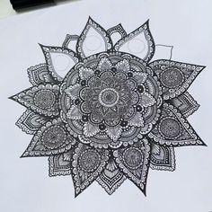 Mandala Art Therapy, Mandala Art Lesson, Mandala Artwork, Mandala Doodle, Mandala Drawing, Easy Mandala Designs, Madona, Black And White Art Drawing, Mandela Art