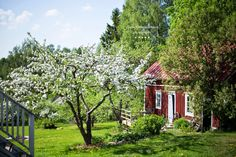 Lovely little farm. Swedish Cottage, Red Cottage, Cottage Homes, Garden Cottage, Scandinavian Garden, Sweden House, Red Houses, English Country Cottages, Enjoy Summer