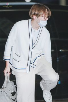 191009 at Incheon Airport ✈ Jhope, Taehyung, Bts Airport, Airport Style, Airport Fashion, Gwangju, Jung Hoseok, K Pop, Rapper
