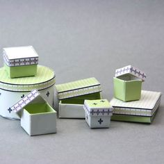 Schachteln Boxen printies Lined printable boxes with separate lids for miniature or dolls house scale shops. Dollhouse Tutorials, Diy Dollhouse, Dollhouse Miniatures, Modern Dollhouse, Miniature Furniture, Doll Furniture, Dollhouse Furniture, Printable Box, Printables