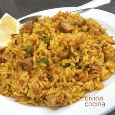 Este arroz campero con carne se prepara con carnes variadas a tu gusto, pollo, conejo, cerdo… aderezadas con hierbas aromáticas, solo ingredientes sencillos para un plato muy natural.