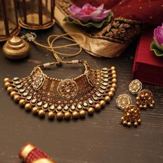 These stunning pieces from Manubhai Jewellers 's new collection that we absolutely absolutely … Indian Wedding Jewelry, Indian Jewelry, Bridal Necklace, Bridal Jewelry, Manubhai Jewellers, Gold Jewellery Design, Gold Jewelry, Silver Necklaces, Gold Necklace