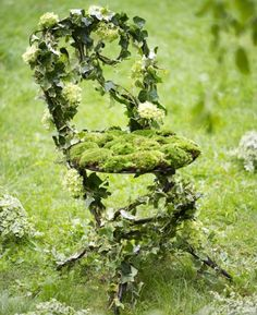 Une chaise recouverte de verdure // chair, covered, greenery, flowers, green, garden, summer, pretty