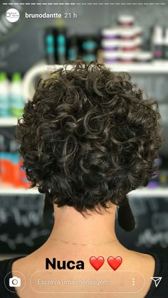To have beautiful curls in good shape, your hair must be well hydrated to keep all their punch. You want to know the implacable theorem and the secret of the gods: Naturally curly hair is necessarily very well hydrated. Short Curly Pixie, Short Curly Haircuts, Curly Bob Hairstyles, Long Curly, Curly Short Hair Cuts For Women, Curly Hair Tips, Curly Hair Styles, Grunge Hair, Hair Day