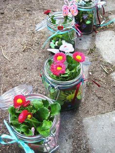 Süße Idee: Feengläser. Ein Einmachglas mit allem, was einem in den Sinn kommt, verhübschen und ein Blümchen reinpflanzen. Bei so viel Schönheit braucht man nicht mal einen grünen Daumen. :)