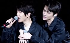 Sehun clinging into Baekhyun is such a concept Baekhyun, Kaisoo, Chanbaek, Park Chanyeol, Weak In The Knees, Xiuchen, Kim Minseok, Kpop Exo, Exo Members