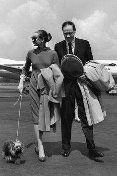 Audrey Hepburn en robe à col bateau avec son mari Mel Ferrer en 1959