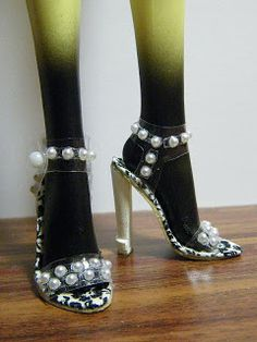 Fashion Doll Shoes: Transparent plastic - step by step Picture tutorial - Bildanleitung Monster High Shoes, Monster High Doll Clothes, Monster High Dolls, Barbie Shoes, Doll Shoes, Barbie Dolls, Ag Dolls, Girl Dolls, Doll Shoe Patterns