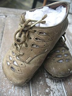 Vintage baby shoes, adorably worn and tattered, sweet display item Vintage Shoes, Vintage Outfits, Baby Gifts To Make, Shoe Crafts, Shoe Display, Old Shoes, Nike Trainers, Baby Feet, Childrens Shoes