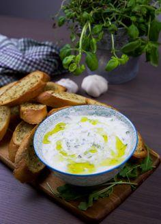 En skål tzatsiki är ett riktigt gott tillbehör till de flesta rätter och sallader. Låt gärna stå i kylen en stund innan servering så alla smaker får gotta sig i såsen. 1 skål tzatsiki 3 dl grekisk/turkisk yoghurt 1 pressad vitlöksklyfta Halv riven gurka, låt rinna av en stund 1,5 tsk vinäger eller 1 msk pressad citron (kan uteslutas) 0,5 tsk salt 0,5 tsk svartpeppar 1 tsk Olivolja 2 msk finhackad dill (kan uteslutas) Serveringsförslag: Vitlöksbröd– recept HÄR! Grekisk sallad– recept HÄR!...