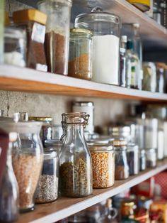 Ur boken HITTA Del 2. I det gamla skafferiet hittar du allt du behöver till matlagningen på hyllor från golv till tak.