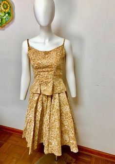 Vintage 1950s 2-Piece playa De Mexico Sequin Skirt & Top--xs 1950s Style Outfits, Retro Outfits, Vintage Outfits, Pleated Skirt, Sequin Skirt, Beautiful Suit, Skirt Suit, Workout Tops, Silk Dress