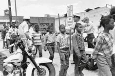 Police lead a group of children off to jail following their arrest forprotesting against racial discrimination in Birmingham, Alabama. May4,1963.
