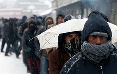 Des migrants attendent une distribution de repas chauds à Belgrade, en Serbie, mardi 10 janvier.