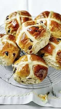 Berry's hot cross buns Mary Berry makes Easter baking easy with these classic hot cross buns.Mary Berry makes Easter baking easy with these classic hot cross buns. British Baking Show Recipes, British Bake Off Recipes, Baking Recipes, Dessert Recipes, British Desserts, Baking Hacks, Microwave Recipes, Cross Buns Recipe, Bun Recipe