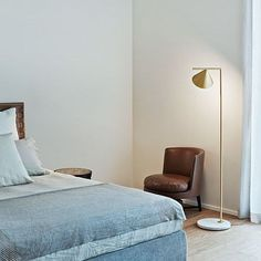 CAPTAIN FLINT: Discover the Flos floor lamp by Michael Anastassiades - now available on the FLOS USA website. This floor lamp brings modern elegance to a contemporary and spacious bedroom.
