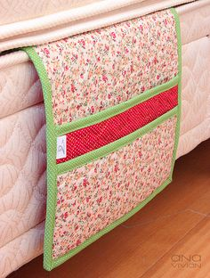 Bolso de Cama floral-vermelho by ana-o.~, via Flickr Diy Sewing Projects, Crafty Projects, Sewing Hacks, Sewing Crafts, Cama Floral, Bedside Caddy, Cama Box, Fabric Boxes, Diy Cleaners