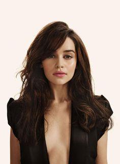 Emilia Clarke !! Emilia Clarke est une actrice britannique, née le 23 octobre 1986 à Londres. Elle est particulièrement connue pour son rôle de Daenerys Targaryen dans la série télévisée fantastique médiévale ... Wikipédia