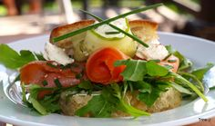 Laksesmørbrød med snøfriskkuler Caprese Salad, Food, Essen, Meals, Yemek, Insalata Caprese, Eten