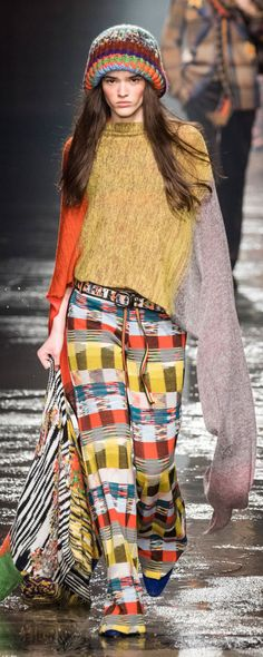 The complete Missoni Fall 2018 Ready-to-Wear fashion show now on Vogue Runway. Knitwear Fashion, Knit Fashion, Runway Fashion, Boho Fashion, Fashion Outfits, Fashion Design, Autumn Fashion 2018, Fashion Week 2018, Latest Fashion Trends