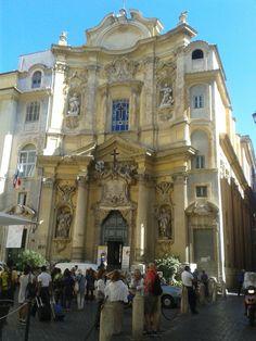Chiesa di Santa Maddalena in Campo Marzio, Roma. Ubicada a pocos metros del Panteón, es uno de los ejemplos más evidentes del rococó romano. Es anterior a 1300, cuando era una sencilla capilla. Durante los siglos XV y XVI, cambió de manos muchas veces, hasta 1631 cuando empezaron los trabajos para la realización de la iglesia actual, con la fachada dirigida hacia la plaza. La obra concluyó en 1735,  cuando Giuseppe Sardi realizó la fachada.