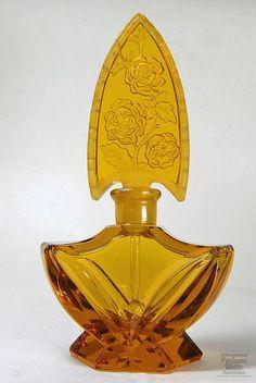 Amber Ingrid Perfume  Especialidad: checoslovaco    Materiales (s): cristal de color ámbar    Diseñador / Fabricante: Henry Schlevogt, fabricado por Curt Schlevogt Co.    Fecha o Época: 1930-1938