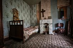 A small Flemish farm, in disrepair, a victim of the ravages of time